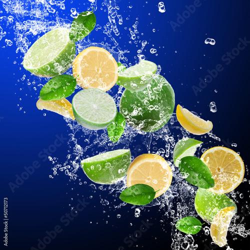 Foto op Canvas Opspattend water Limes with lemons in water splash