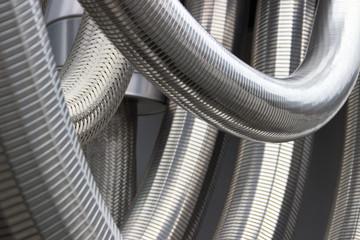 Silberne dicke Metallschläuche