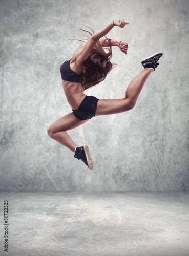 mloda-kobieta-tancerka-z-tlo-sciana-grunge