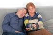Älteres Ehepaar beim Fernsehen