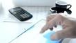 Hand mit Tablet PC wischt über Touchpad