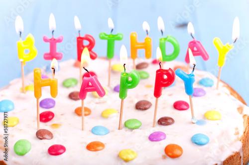 Geburtstagskuchen mit brennenden Kerzen