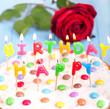 Geburtstagskuchen mit Kerzen und Rose