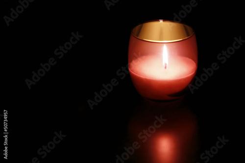 Rote Kerzenglas bei Nacht