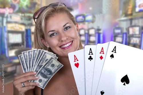 modèle féminin blond souriant  maintenant dans la  main de pok