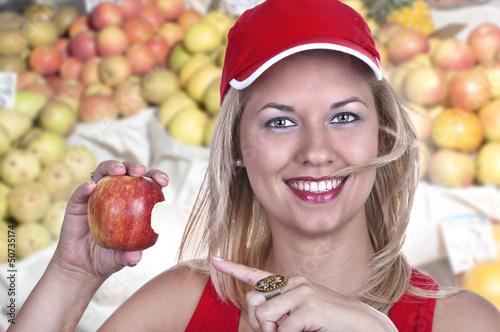 Jeune femme blonde avec une pomme.