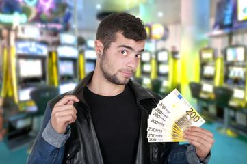 Beau garçon dans un casino.
