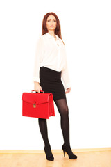 junge Frau mit roter Ledertasche