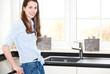 Attraktive junge Frau in Küche