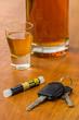 Schnapsglas mit Autoschlüssel und Alkoholtester