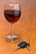 Rotweinglas mit Autoschlüssel