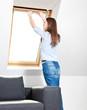 Attraktive junge Frau schließt Fenster