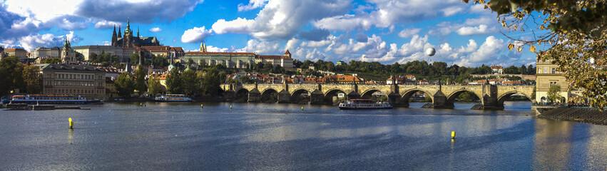 Karlsbrücke mit Radschin in Prag