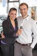 Paar mit Autoschlüssel im Autohaus