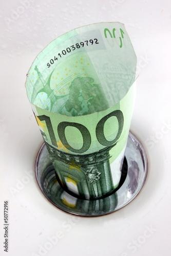 Geldschein im Ablauf des Waschbeckens