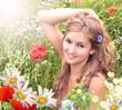Sommer-Glück: Junge Frau in duftender Blumenwiese