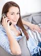 Attraktive junge Frau führt Telefonat