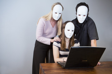 familie mit masken vor dem computer
