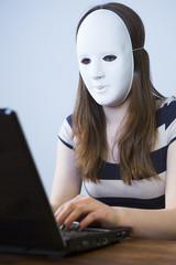 frau mit maske vor dem computer