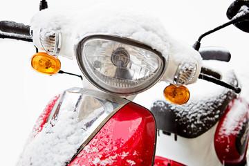 Vom Wetter überrascht - Motorroller mit Schnee
