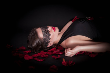 Девушка в черной маске с лепестками роз