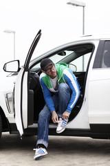 Mann in weißem auto