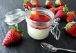 Panna Cotta im Einmachglas mit Erdbeeren
