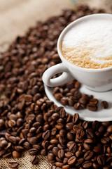 cappuccino mit kaffeebohnen