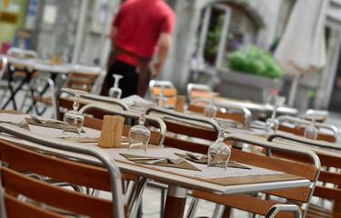 tables préparées en soirée au restaurant,terrasse