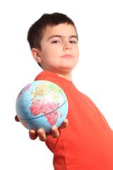 bambino mostra piccolo mappamondo