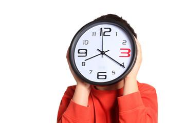 bambino nascosto dietro quadrante orologio
