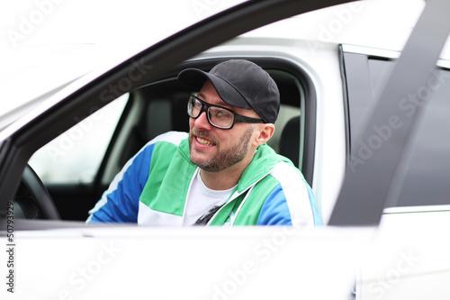 männliches Model in weißem Auto