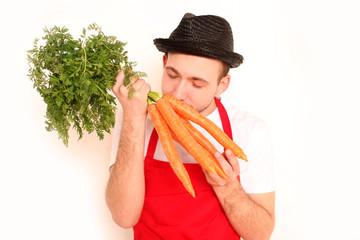 Koch riecht an Karotten