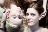 Zwei Frauen liegen nebeneinander am Boden