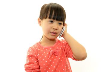 スマートフォンで会話中の女の子