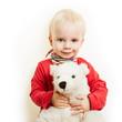 Lachendes Kind kuschelt mit Teddybär