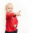 Kleines Kind zeigt mit seinem Finger