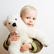 Junge hält ein Teddybär als Plüschtier