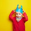 Kind setzt Krone auf zum zweiten Geburtstag