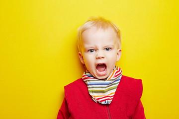 Kleines Kind schreit wütend