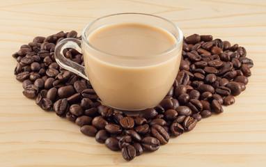 Сердце из кофейных зерен с кружкой кофе