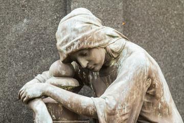 Grabfigur einer trauernden Frau