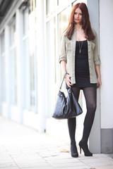 Model mit Handtasche