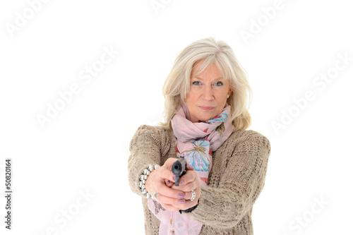 Attraktive Seniorin zielt mit Pistole