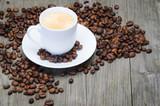 kaffeetasse auf holzbrett