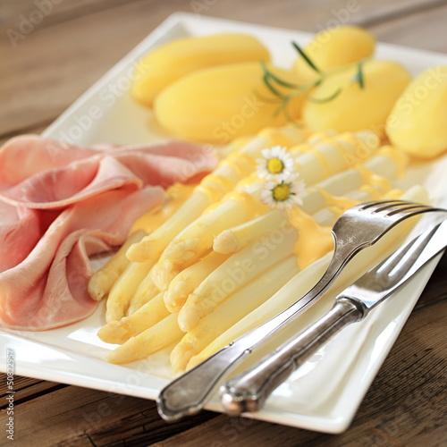 weißer Spargel mit Kartoffeln und Schinken