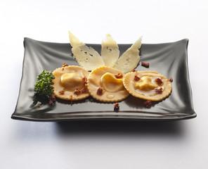ravioloni con pomodorini secchi e formaggio