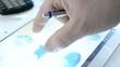 Hand mit Kugelschreiber bedient Tablet PC