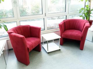 Zwei Sessel gemütlich im Wintergarten