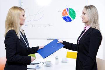 Vorstellung einee Bewerberin zwei Frauen mit Bewerbungsmappe
